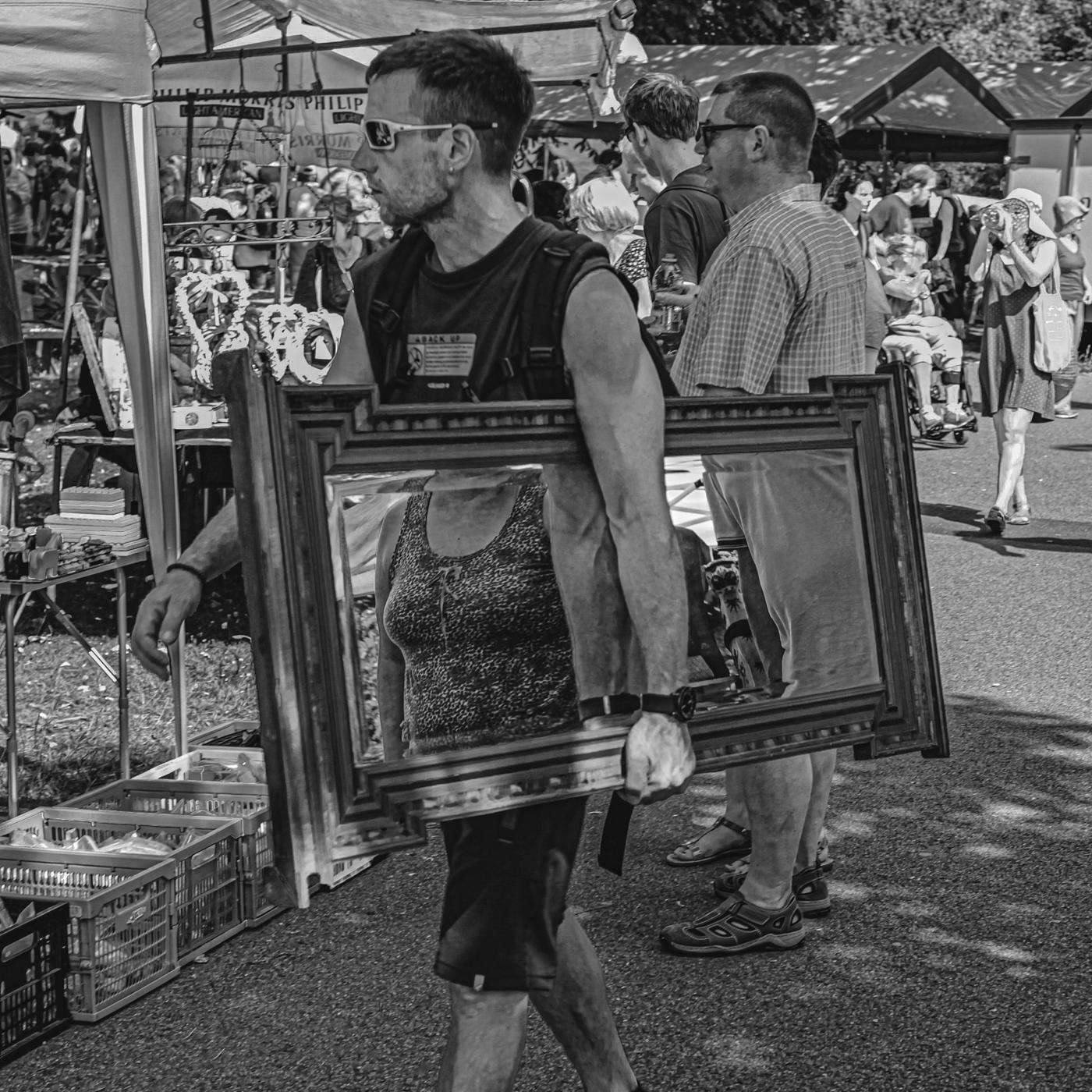 Auf dem Flohmarkt | ©  Wolfgang Röser
