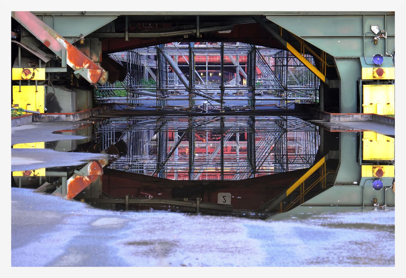 Spiegelung  in Zeche  |  © Heinz Schumacher