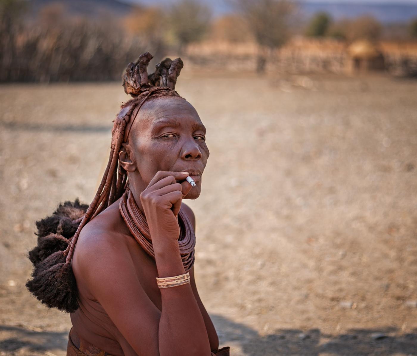 Salon HM | smoking Himba | © Irmgard Crispin