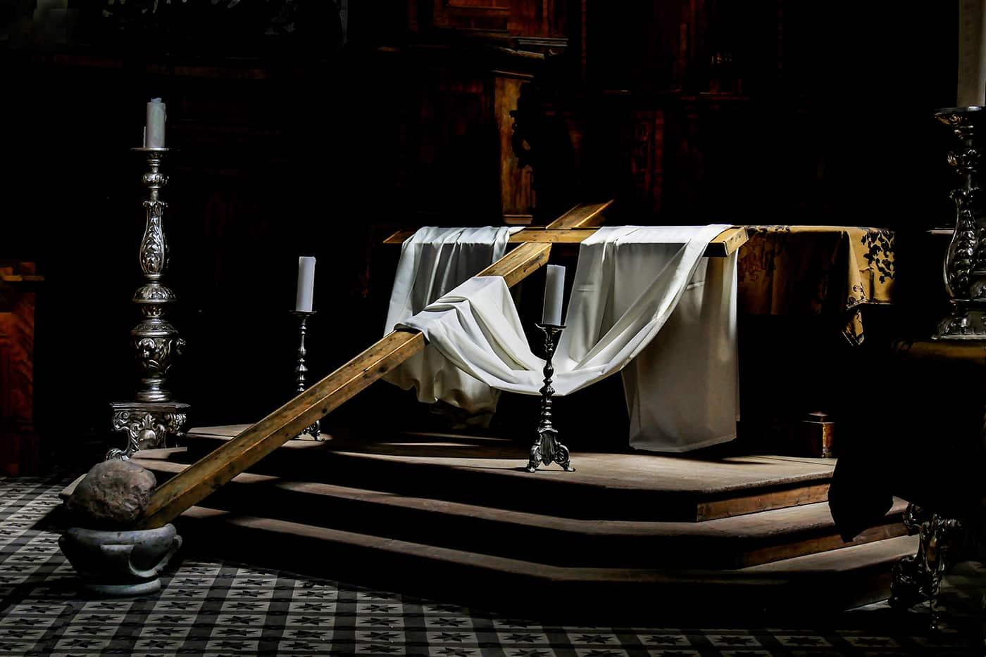 Kreuz im Licht  |  ©  Dr. Doris Nsiff