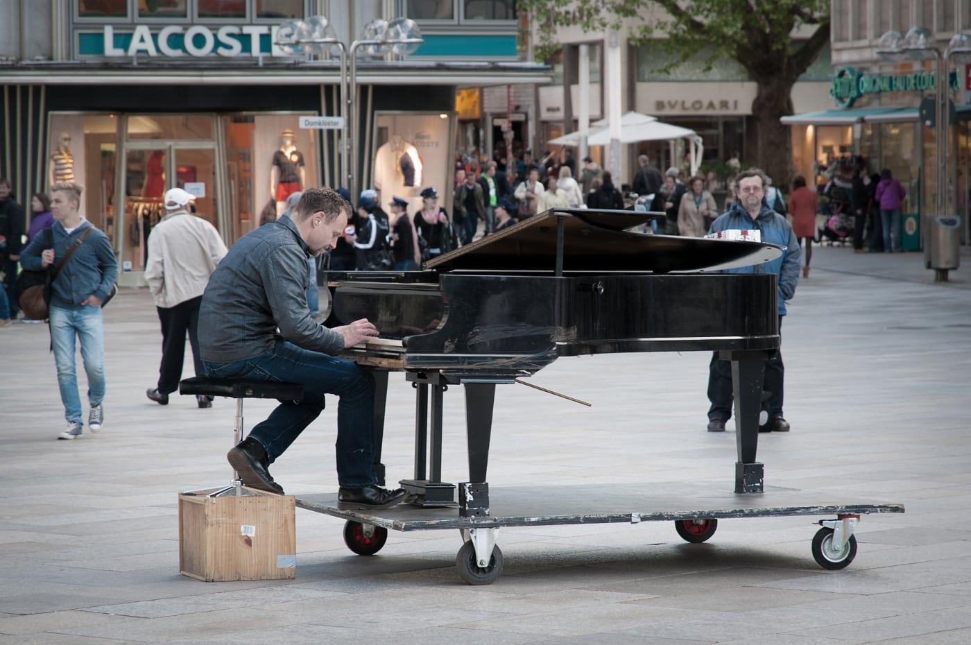 Der Straßenmusikant - Musik ist seine Heimat | © Achim Schüler