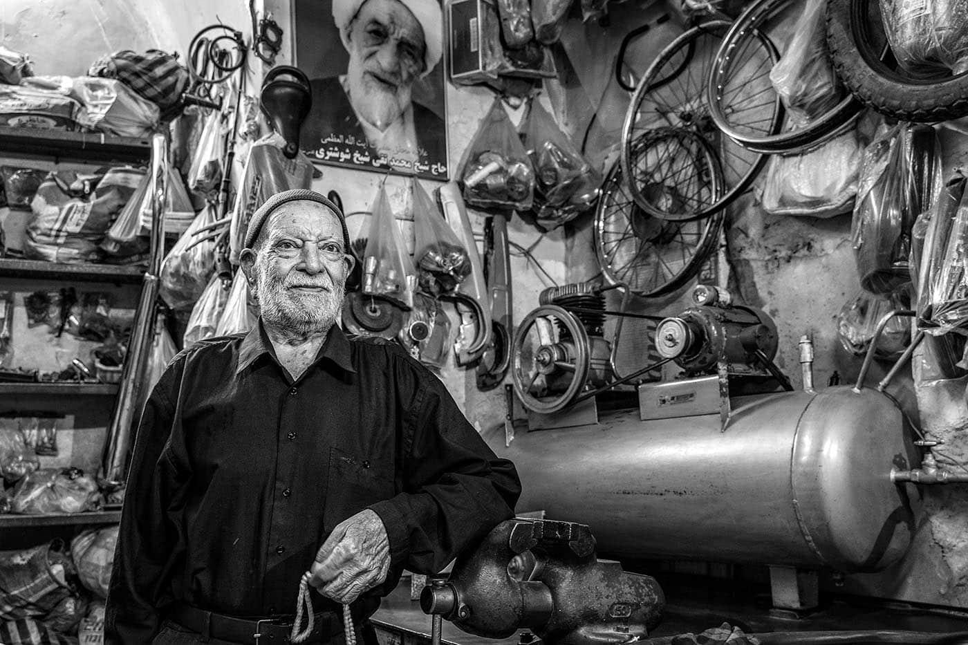 Urkunde / FIAP Honorable Mentions: Stolzer Werkstattbesitzer | © Fred Eversmann
